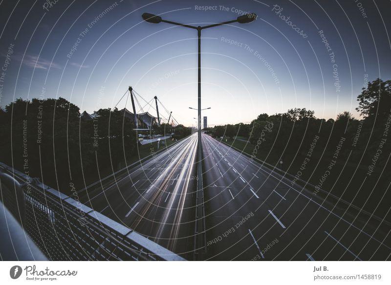 Licht Linien Stadt Stadtrand Verkehrswege Personenverkehr Straßenverkehr bauen Jagd Wahrheit Farbfoto Außenaufnahme Dämmerung