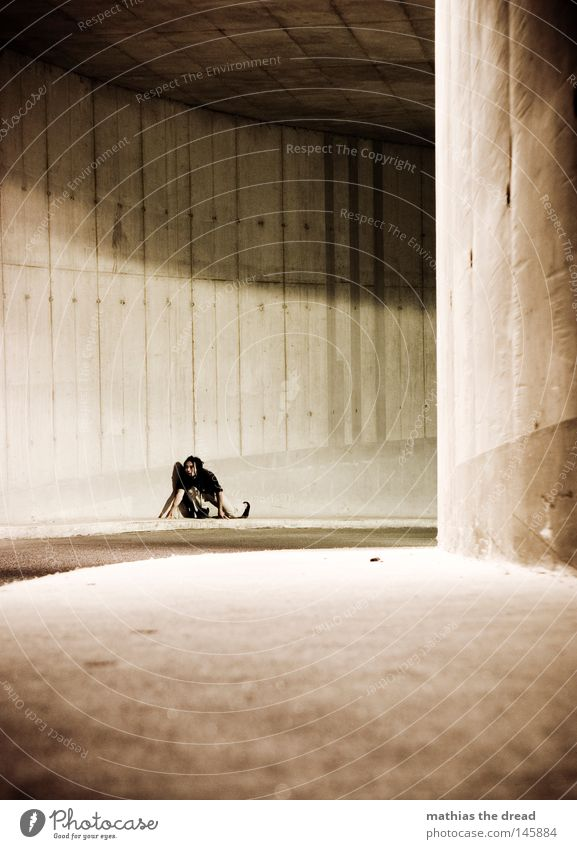 NACHTSCHWÄRMER Mann dunkel Straße Wand Wege & Pfade Beleuchtung Stein Lampe Linie hell Angst dreckig trist stehen verrückt Arme