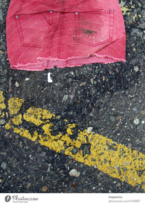 rock alt rot Einsamkeit Straße feminin dreckig Bekleidung Jeanshose kaputt Bodenbelag Tasche Kriminalroman gebraucht