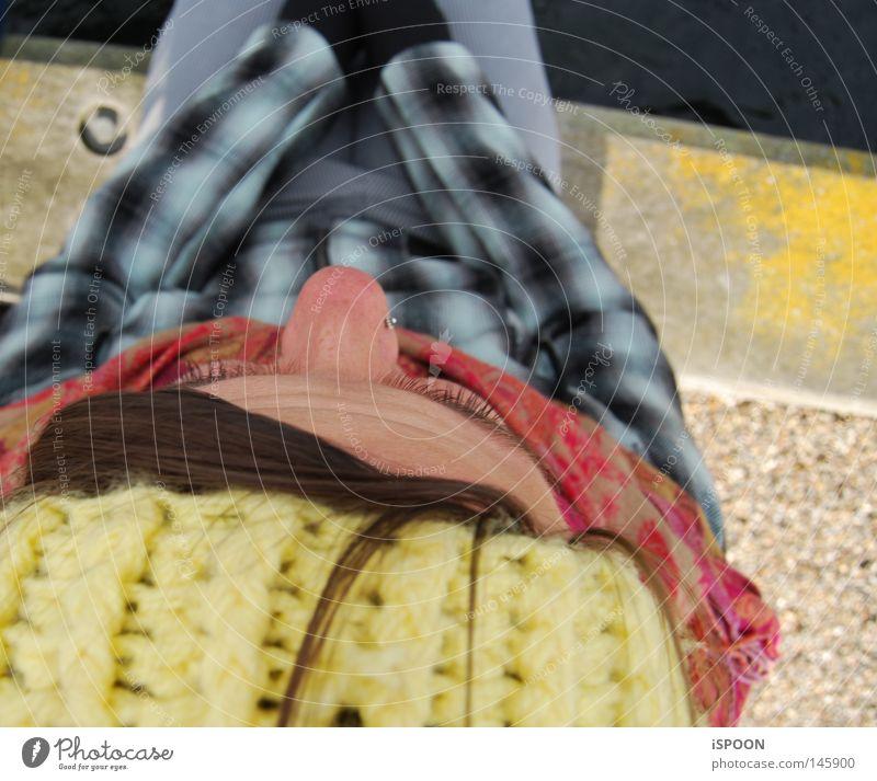 Den Lille Havfrue Baseballmütze gelb Kopfbedeckung braun Haarsträhne Nase Nasenpiercing Augenbraue Schal mehrfarbig kalt Jacke kariert Physik blau schwarz grau