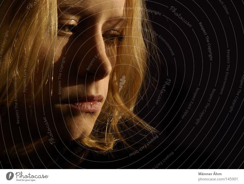 Schattenseiten. Frau Gesicht schwarz dunkel Gefühle Haare & Frisuren Mund Wärme hell Beleuchtung blond Nase Physik Konzentration Himmelskörper & Weltall