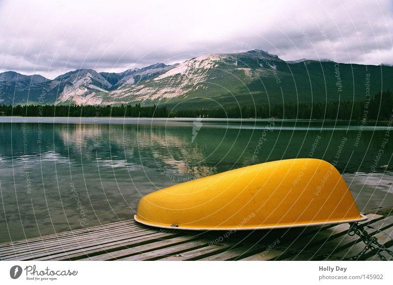 Pause am Edith Lake Wasserfahrzeug See Spiegel Glätte gelb Berge u. Gebirge Alberta Jasper Nationalpark Steg Anlegestelle ruhig Reflexion & Spiegelung