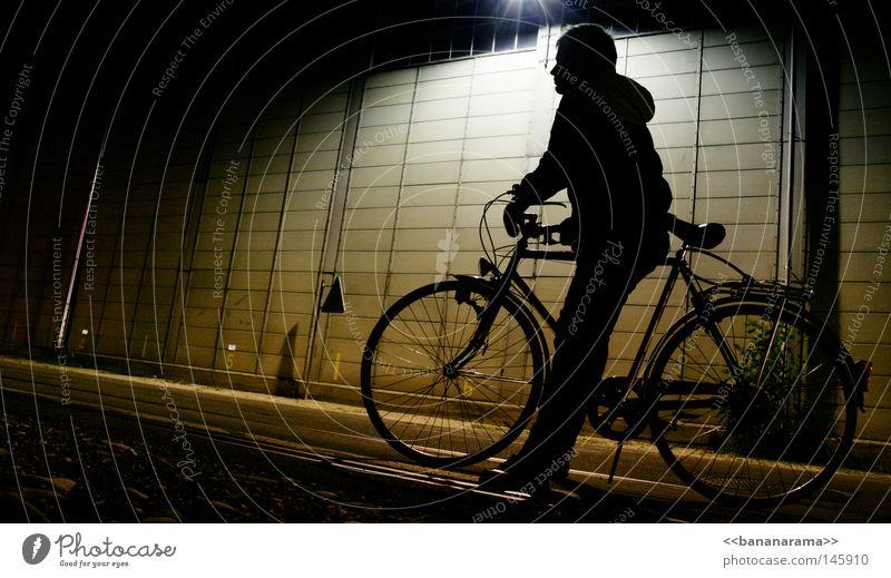 warten auf dem velo Fahrrad Nacht dunkel Licht fahren Mann Wand Lampe kalt Jacke Freizeit & Hobby Schatten sitzen Typ Straße Industriefotografie Speichen Rahmen