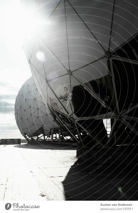 another place Radarstation verfallen Stoff netzartig Licht Stimmung Teufel Farbe NSA Kugel Weltall Mars Aufgabe Erde Einsamkeit Zerstörung planen USA Arme