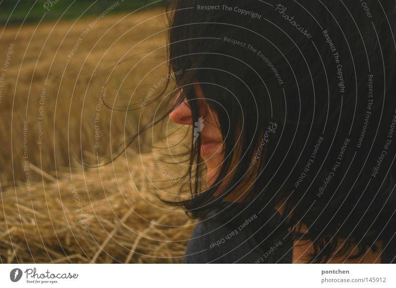 Halbprofil einer dunkelhaarigen Frau vor gemähtem Feld von pontchen Porträt Haare & Frisuren Gesicht Ausflug feminin Junge Frau Jugendliche Erwachsene Nase Mund