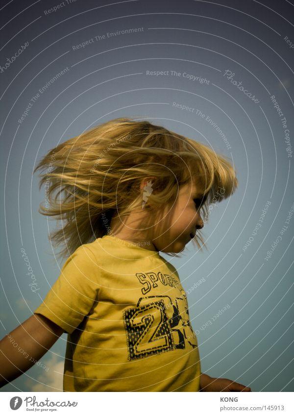 Die Hippiebewegung Kind Kleinkind Junge Haare & Frisuren schütteln Headbangen Kopfschütteln Matten blond langhaarig Rocker Behaarung Friseur Dynamik Bewegung