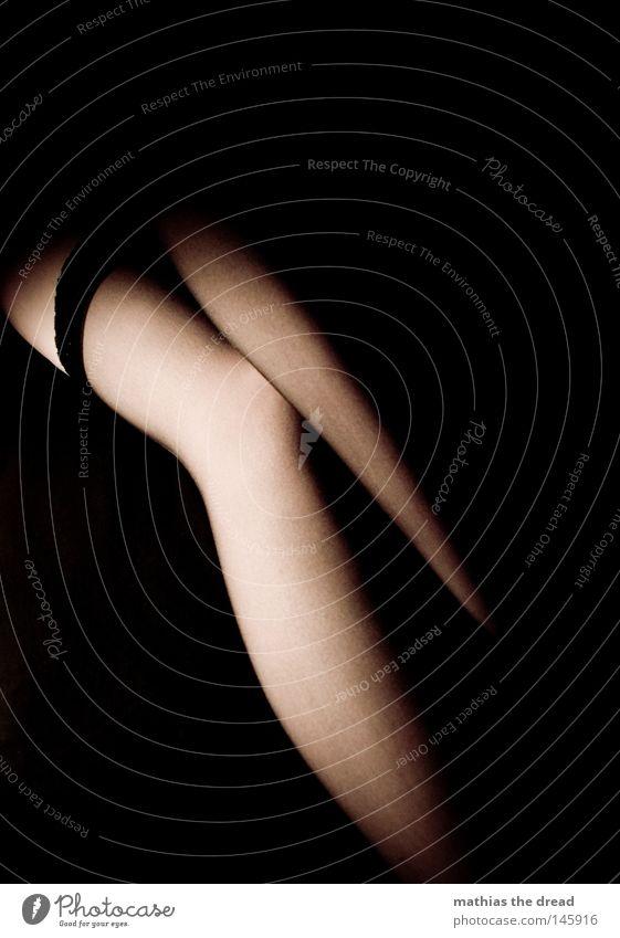 SPOTLIGHT Beine Oberschenkel rasiert Glätte Frau feminin schön klug Erotik aufreizend ansprechend orange Hautfarbe Licht Schatten Unterschenkel blau dunkel Knie
