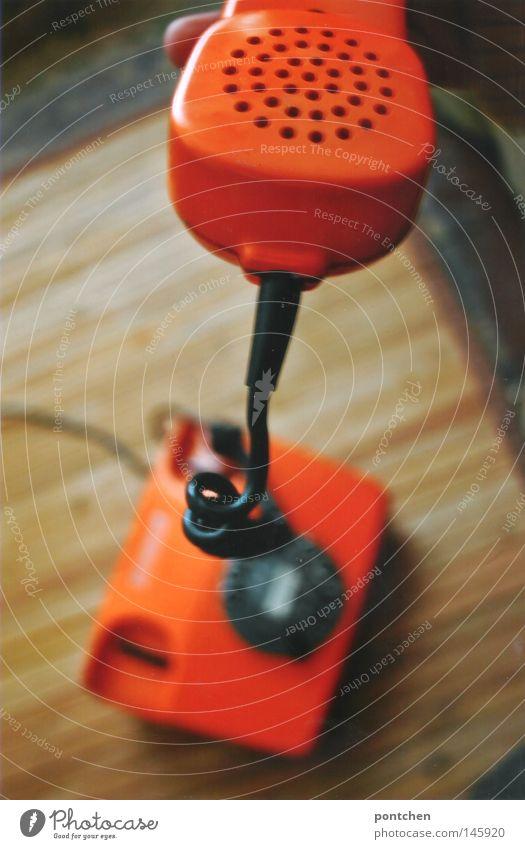 Oranges 70er Jahre Wählscheibentelefon Häusliches Leben Innenarchitektur Arbeit & Erwerbstätigkeit Telekommunikation Callcenter sprechen Telefon Kabel Hand