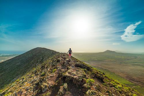 Tanz auf dem Vulkan Mensch Natur Ferien & Urlaub & Reisen Jugendliche Junge Frau Sonne Landschaft Ferne 18-30 Jahre Berge u. Gebirge Erwachsene Umwelt feminin