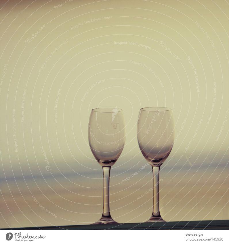 HOCH DIE TASSEN - AUF LA CHAMANDU Meer Horizont paarweise leer Stillleben Weinglas Farbverlauf Objektfotografie Vor hellem Hintergrund