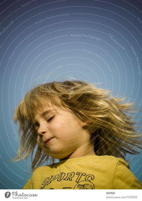 kess as hell Kind Kleinkind Junge Haare & Frisuren Behaarung schütteln Headbangen Kopfschütteln Matten blond langhaarig Hippie Rocker Friseur Dynamik Bewegung