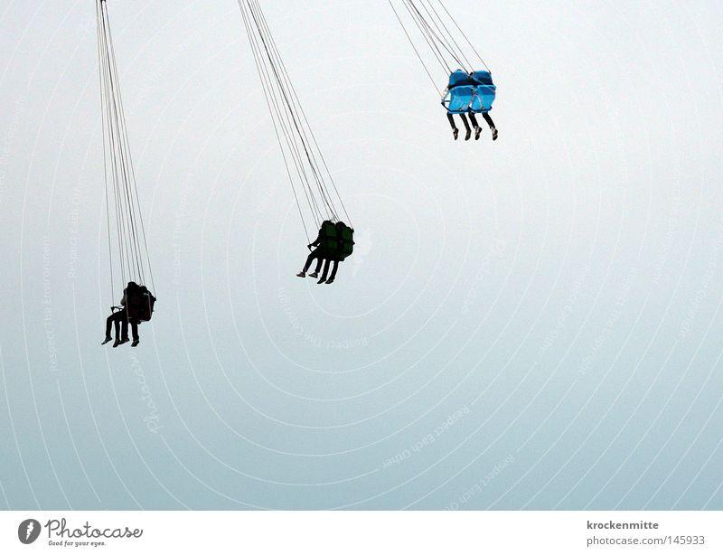 gemeinsam abhängen Himmel blau Freude Spielen oben Gefühle Bewegung Beine Paar Feste & Feiern Angst Freizeit & Hobby hoch Luftverkehr Seil paarweise