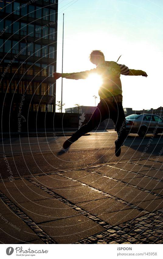 springender Löffel Himmel Mann blau Stadt schwarz gelb Straße springen Beine Fuß orange hoch Hochhaus Brücke Boden Strommast
