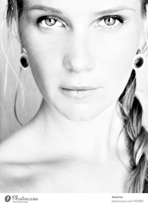Reflexion Schwarzweißfoto Porträt Frau Auge Ohrringe Frankreich Konzentration Selbstportrait im Innenbereich lettisch