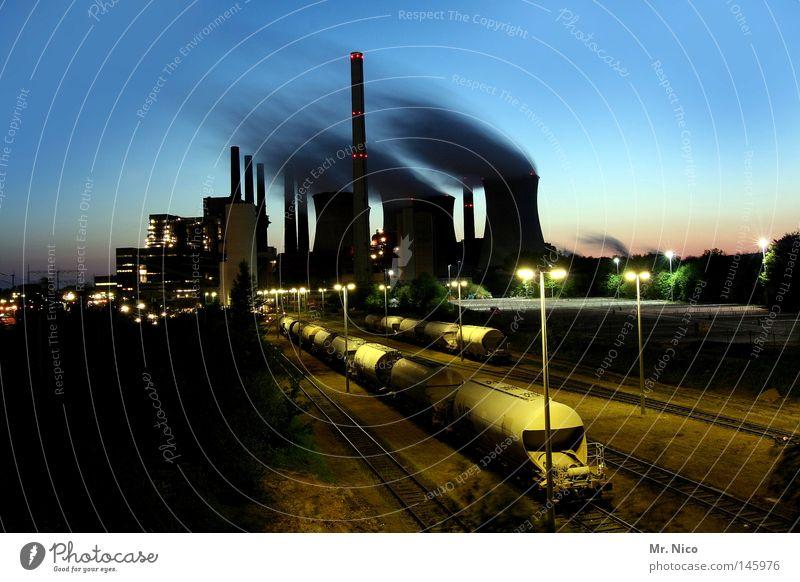 Kraftwerk zur blauen Stunde Fabrik Stromkraftwerke Kohlekraftwerk Kernkraftwerk Elektrizität Erneuerbare Energie Rauch Umwelt Umweltverschmutzung Wolken