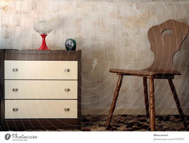 Nostalgie Wohnung Möbel Lampe Uhr Stuhl Tapete Schlafzimmer Gemälde alt sitzen warten authentisch retro Vertrauen standhaft Einsamkeit Kitsch Vergangenheit