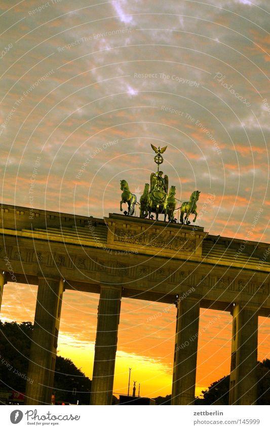 Tag des Deutschen Bierzelts Himmel Berlin Deutschland Symbole & Metaphern Denkmal Wahrzeichen Abenddämmerung Hauptstadt Quadriga Brandenburger Tor Siegessäule