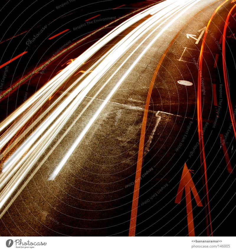 oberi traffic dunkel Nacht fahren Beton Asphalt Bürgersteig weiß rot Verkehr Rücklicht abbiegen Abzweigung links rechts Langzeitbelichtung Verkehrswege