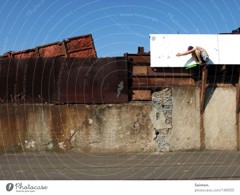 Haubentaucher Außenaufnahme Freude Freiheit Mann Erwachsene Himmel Mauer Wand Container Rost hocken frei trocken Mut Schmerz Einsamkeit Konzentration