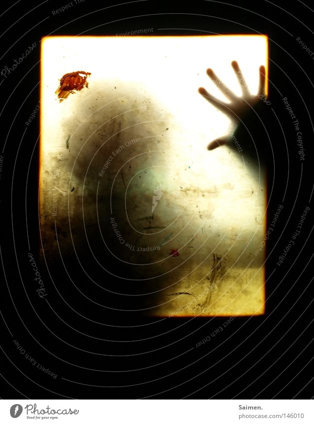 Angst Mensch Hand schwarz dreckig Finger gefährlich Fabrik bedrohlich verfallen eng Blut Fleck Fensterscheibe Panik Scheibe