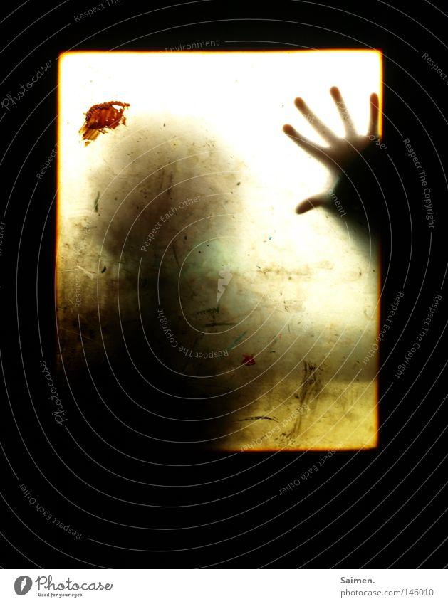 Angst Mensch Hand schwarz Angst dreckig Finger gefährlich Fabrik bedrohlich verfallen eng Blut Fleck Fensterscheibe Panik Scheibe
