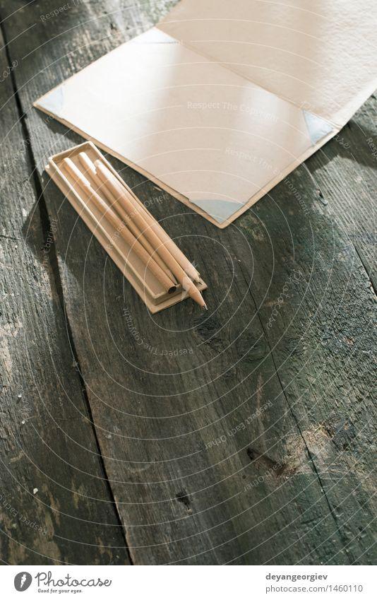 Vintage Bleistift und Zeichenpapier. alt weiß Holz Kunst Schule braun Design offen Kreativität Tisch Buch Idee retro Papier schreiben zeichnen