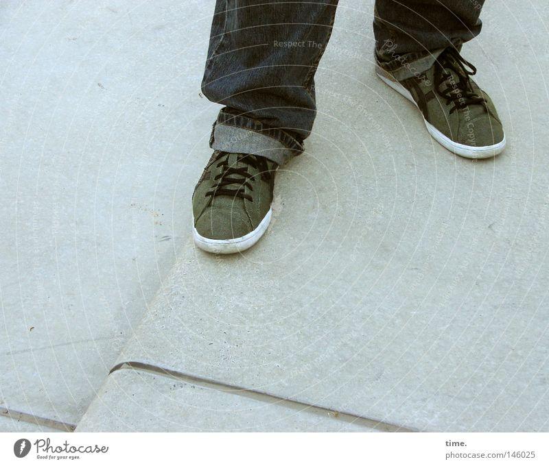 HH08.3 - Standbein & Spielbein Beine Fuß Treppe Bekleidung Hose Jeanshose Stoff Schuhe Stein grau grün Schuhbänder lässig 2 Textilien Ecke Detailaufnahme