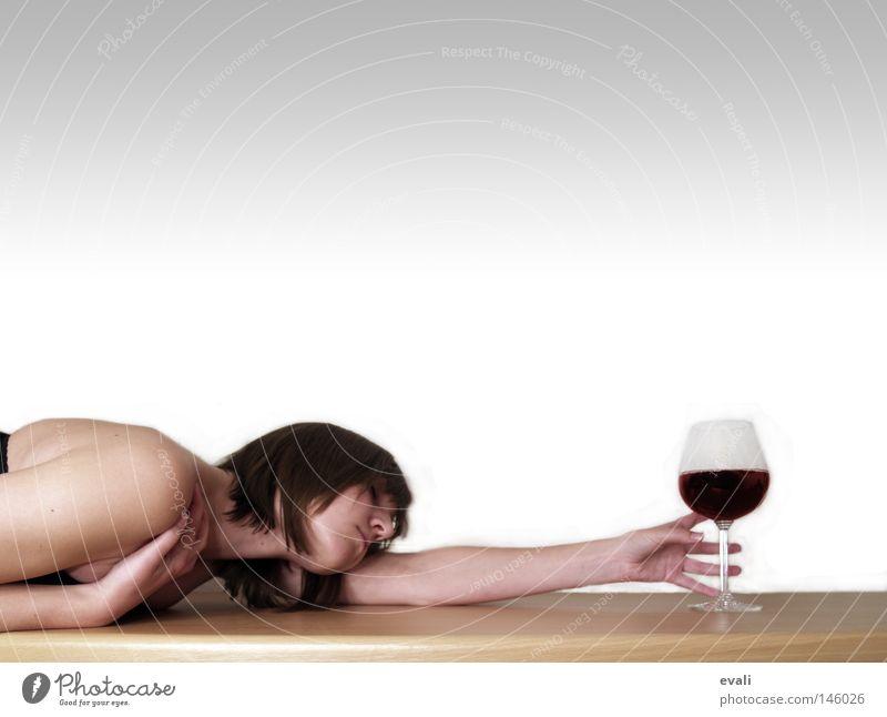 Addiction trinken Alkohol Wein Tisch Frau Erwachsene Arme Hand Glas fangen Weinglas table wine Suche addiction addicted Tischkante Tischplatte Farbfoto Porträt