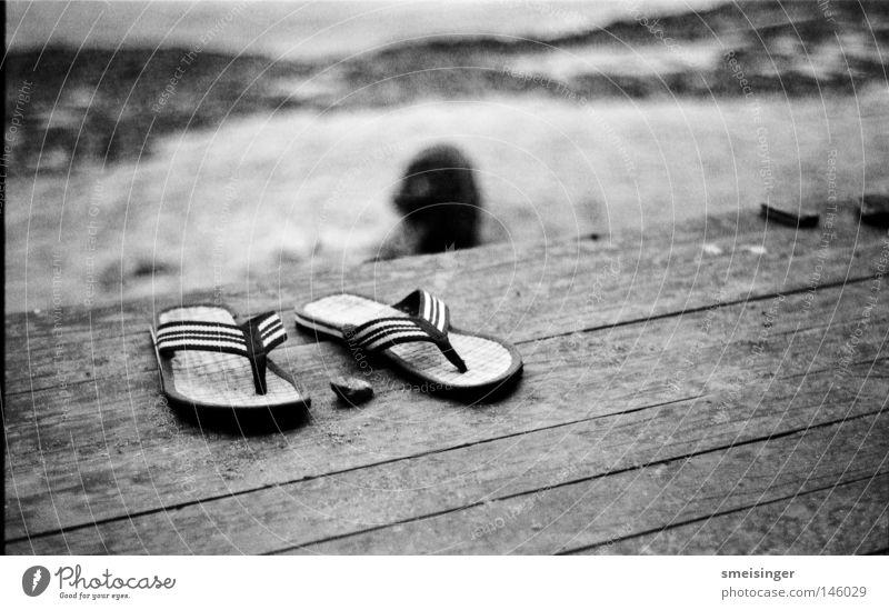 hketch's film Sommer Strand Ferien & Urlaub & Reisen Küste Sandale Flipflops Großbritannien Schwarzweißfoto Ilford