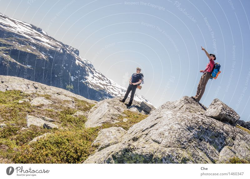 Einer kennt den Weg Berge u. Gebirge Gipfel Schneebedeckte Gipfel wandern Wegweiser zeigen Orientierung blau Kompass Wege & Pfade verirrt Durchblick führen