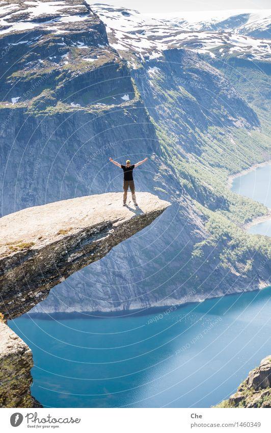 Superheld Sommer Ferne Berge u. Gebirge Glück springen Kraft Erfolg gefährlich fantastisch Spitze Schönes Wetter Macht Körperhaltung Schneebedeckte Gipfel