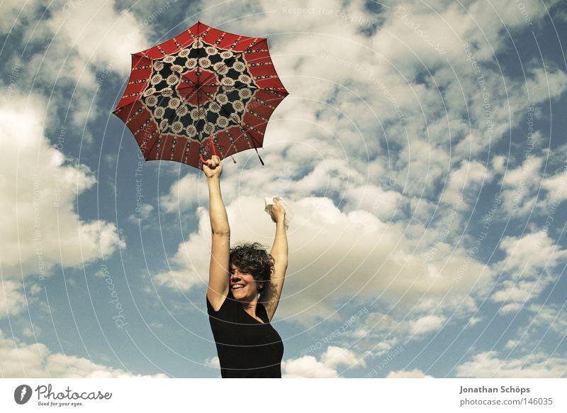 junge Frau mit rotem Schirm streckt vor Freude ihre Arme in den blauen Himmel Glück Haare & Frisuren Zufriedenheit Ferne Erfolg Jugendliche Wolken Wetter Regen