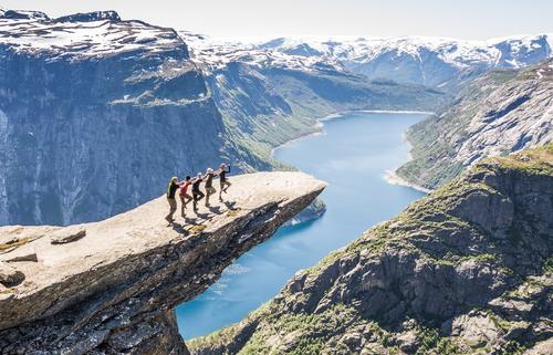 Fünf Lemminge Sommer Landschaft Berge u. Gebirge Felsen Freundschaft Erfolg hoch bedrohlich Schönes Wetter Gipfel Sicherheit Team Glaube Höhenangst Vertrauen