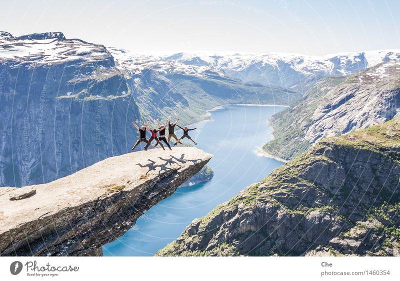 Synchronspringen Mensch Jugendliche Freude 18-30 Jahre Berge u. Gebirge Erwachsene Junge Freiheit See Freundschaft maskulin Angst Aktion Erfolg Fröhlichkeit