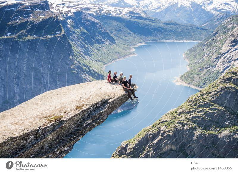 Auf der Zungenspitze Mensch Ferien & Urlaub & Reisen Jugendliche Mann Sommer Landschaft Ferne 18-30 Jahre Berge u. Gebirge Erwachsene Freiheit Felsen