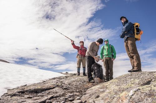 Luftlinie 5 km Mensch Ferien & Urlaub & Reisen Wolken kalt Wege & Pfade Schnee Freundschaft wandern stehen Aussicht Abenteuer Gipfel Ziel Suche zeigen Richtung