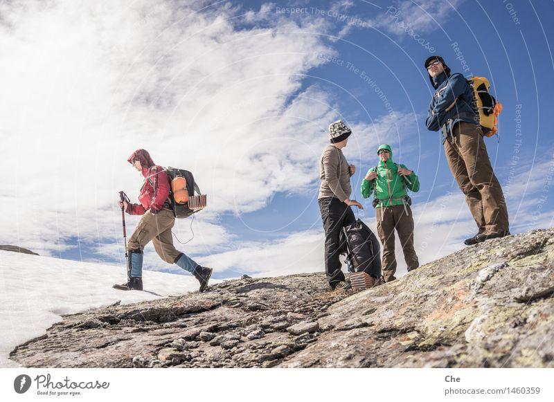 Immer der Nase nach Mensch Himmel Ferien & Urlaub & Reisen Jugendliche Mann Sommer Ferne Berge u. Gebirge Erwachsene Schnee Freiheit Felsen Freundschaft
