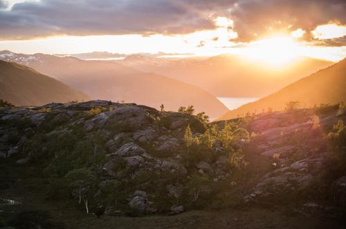 Auf Augenhöhe Ferien & Urlaub & Reisen Baum Erholung Landschaft Einsamkeit Wolken ruhig Berge u. Gebirge Wärme Beleuchtung Felsen Horizont orange träumen