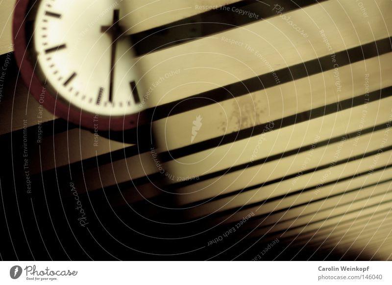Warten auf Godot. Zeit Eisenbahn Uhr Spiegel Station U-Bahn Bahnhof Langeweile Halt Untergrund zeitlos Pünktlichkeit Bahnhofsuhr
