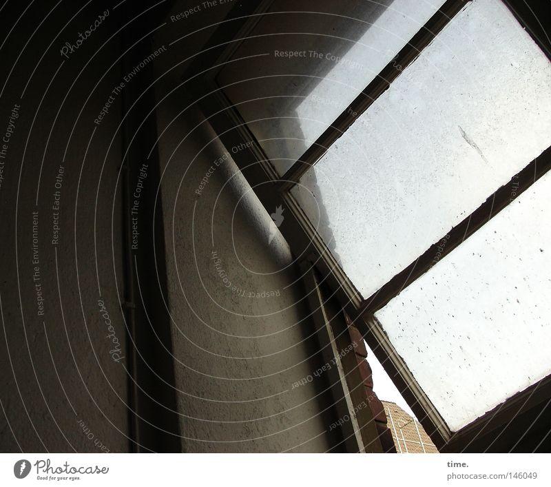 HH08.3 - Lagerhaus. IV. Stock. Treppenabsatz. Fenster oben Strebe Fensterrahmen verfallen Kippfenster aufwärts Querstrebe Gedeckte Farben Innenaufnahme