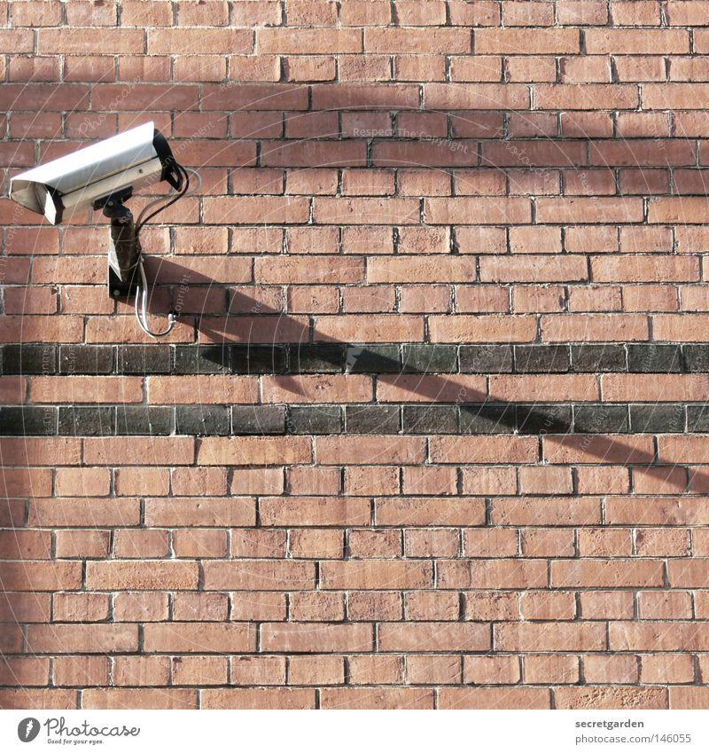 [HH08.3] richtungswechsel. Gebäude Überwachung erfassen Überwachungskamera Haus Backstein Mauer Wand Raum Sommer Elektrisches Gerät Dienstleistungsgewerbe