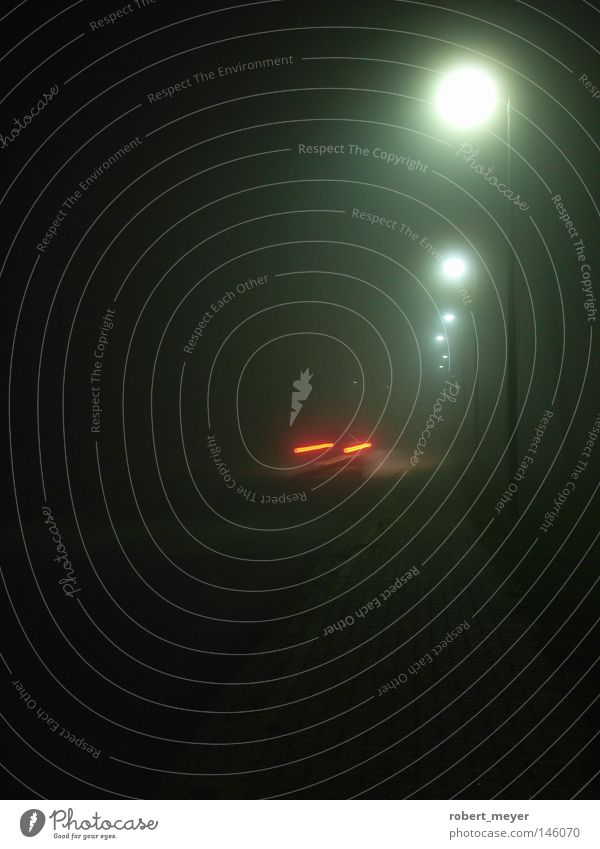 Fahrt ins Graue Nebel dunkel geschlossen Unschärfe überall Ende Naturphänomene langsam leer Einsamkeit Anmut gefährlich Schrecken zäh weiß grau Angst Grauen