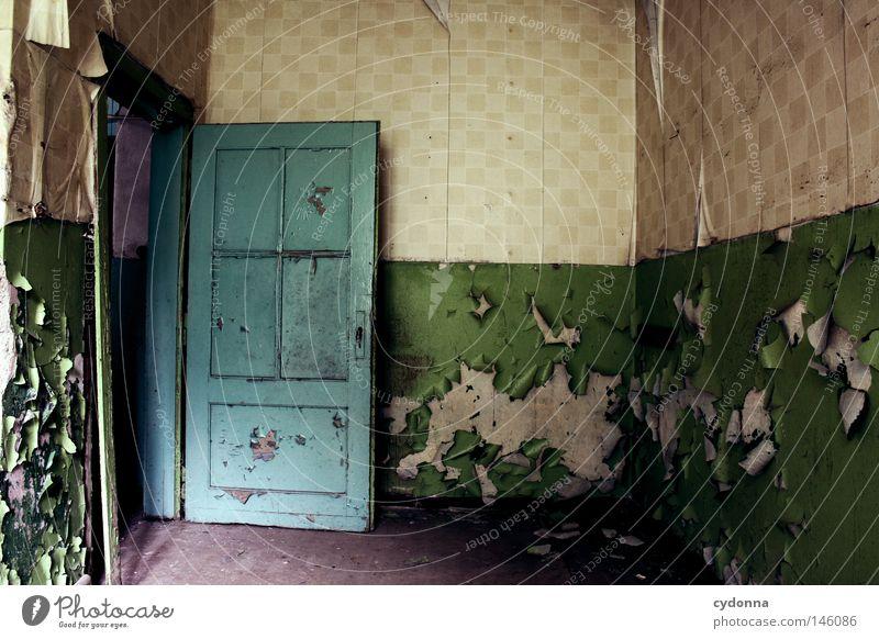 Zahn der Zeit Demontage Haus Gebäude verfallen retro Unbewohnt Leerstand Wand verschönern schäbig Tapete wellig Vergangenheit Türrahmen Scherbe kaputt Riss