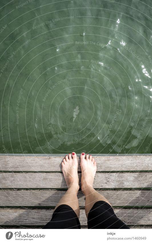 am See stehen | knapp daneben Mensch Frau Jugendliche grün Sommer Wasser Sonne Erwachsene Leben Lifestyle Fuß Freizeit & Hobby stehen Ausflug Schönes Wetter Seeufer