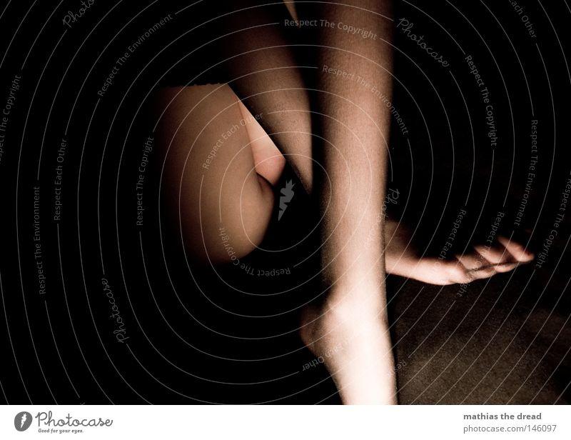OBSZÖNITÄT Frau Mensch Hand blau schön Leben dunkel feminin Erotik nackt Akt Beine orange Haut warten