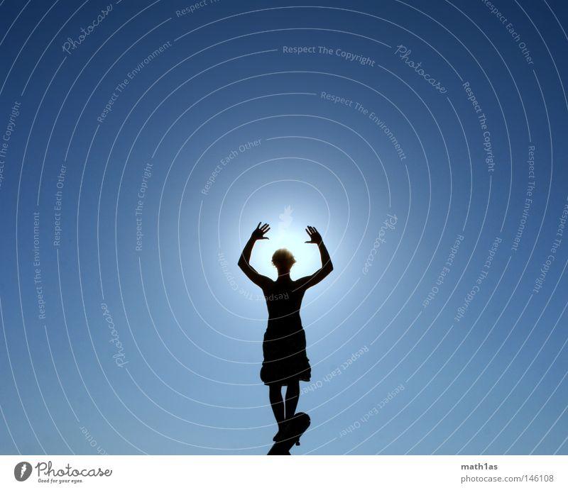 Wer fürchtet sich vorm Schwarzenmann Mensch Mann Himmel Sonne blau Sommer Strand schwarz Konzentration Schönes Wetter Gegenlicht Gleichgewicht