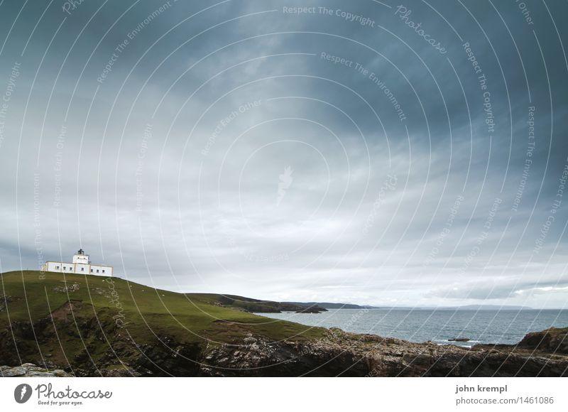 Euch werd ich heimleuchten Natur Landschaft Wolken Wellen Küste Bucht Schottland strathy point Leuchtturm Wahrzeichen Schifffahrt dunkel groß Mut Sicherheit