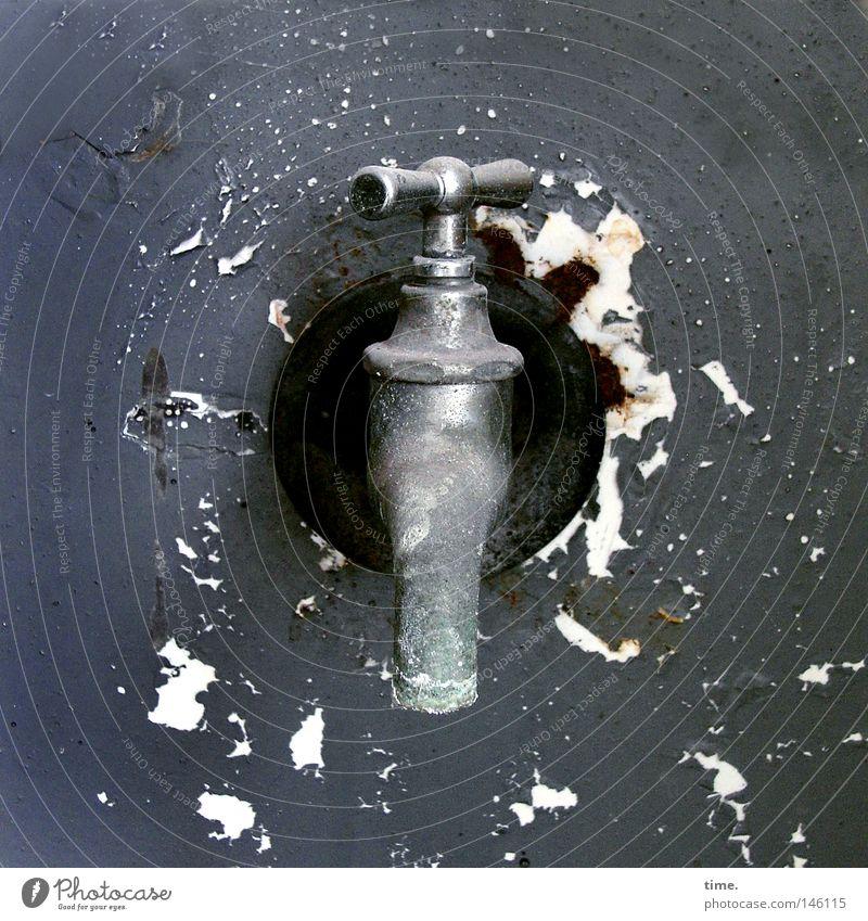 HH08.3 - Out Of Order alt Wand Mauer grau Metall historisch Verfall Rost Fleck schäbig abblättern Lack Anschluss Wasserhahn Objektfotografie altmodisch