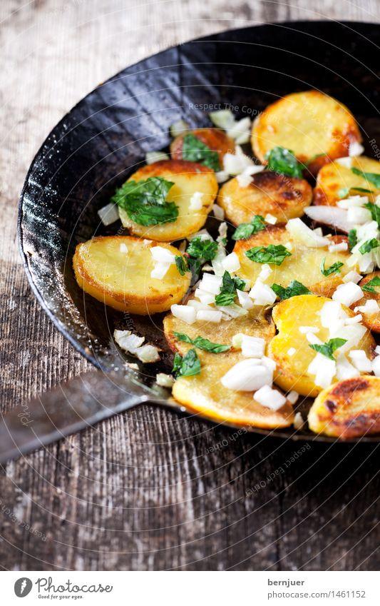 Bratkartoffeln in einer Eisenpfanne Hintergrundbild Holz frisch Kochen & Garen & Backen Kräuter & Gewürze Gemüse gut Griff rustikal Snack verschönern Kartoffeln