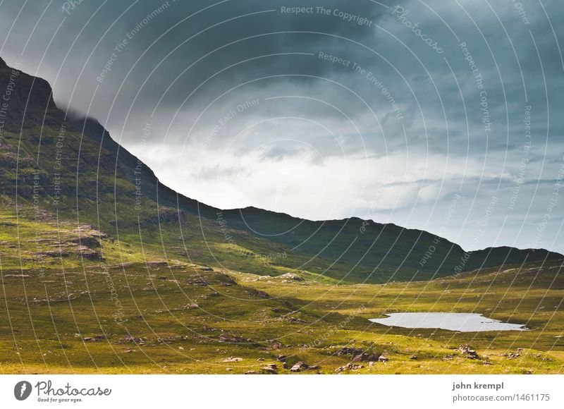 Schottische Pfütze Himmel Gewitterwolken Gras Felsen Berge u. Gebirge Teich See Schottland Highlands bedrohlich Mut Schutz Sehnsucht Heimweh Fernweh Einsamkeit